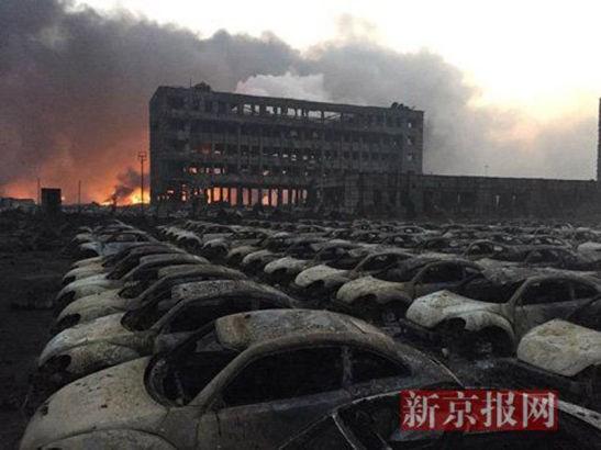 óng xung kích từ vụ nổ Thiên Tân đã hàng trăm chiếc ô tô tại một bãi đỗ xe cách đó 300m bị cháy rụi hoàn toàn, trong khi tòa nhà gần bãi xe chỉ còn trơ khung bê tông.